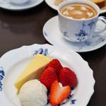 Cafe Kuromimi Lapin - カフェラ紅ほっぺと自家製チーズケーキのフランス産アイスクリーム添えテ