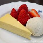 Cafe Kuromimi Lapin - 紅ほっぺと自家製チーズケーキのフランス産アイスクリーム添え