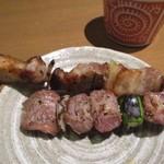 焼とり いぶし坐 - 焼鳥のお肉は新鮮なだけでなくて大きな鶏肉が使ってあって食べ応えも充分でした。
