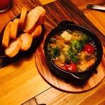 ニカド グリル+ロースト キッチン - エビとブロッコリーとカラフルトマトのアヒージョ