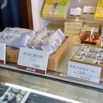 五勝手屋本舗 - 店内10・あきあじ最中&和菓子詰め合わせ