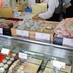 五勝手屋本舗 - 店内13・(左から)蒸しパン、豆大福、栗大福、赤飯