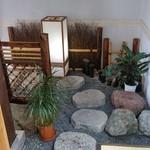 五勝手屋本舗 - 階段下に拵えてある小庭