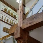 五勝手屋本舗 - 昔の店舗で使われていた柱と大黒柱