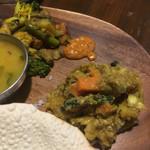 タルカリ - 野菜炒めとアチャール。真ん中は激辛ソース