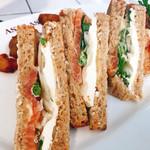 66575663 - サーモンとクリームチーズのサンドイッチ