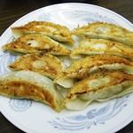 上海亭 - 丁寧に包まれ、パリッと焼かれた餃子。