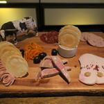 TABLE O TROIS - シャルキュトリー盛合せ:近江鶏のレバームース、バームクーヘン豚と鶏レバーのパテ、近江鶏のハム 胡桃のソース、バームクーヘン豚のタイム入りパテ、スペイン産のチョリソー、バームクーヘン豚のリエット、キャロットラペ、黒オリーブ1
