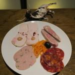 TABLE O TROIS - シャルキュトリー盛合せ:近江鶏のレバームース、バームクーヘン豚と鶏レバーのパテ、近江鶏のハム 胡桃のソース、バームクーヘン豚のタイム入りパテ、スペイン産のチョリソー、バームクーヘン豚のリエット、キャロットラペ、黒オリーブ2
