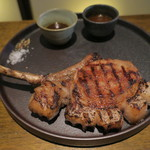 TABLE O TROIS - バウムクーヘン豚の骨付きロースの炭火焼き タイムとニンニク 豚のジュのソース、蜂蜜とスパイス 豚のジュのソース 岩塩と黒胡椒で1
