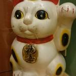 66592828 - 招き猫、目が光ってるね、きらーん!