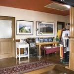 ギャラリーカフェ サンセットヒルズ - 玄関 写真がお出迎え