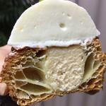 ジャン・フランソワ - カットしてみると上のレアチーズがタップリ乗ってるのがわかります!  下はベイクドチーズケーキ仕様です!