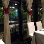 レストラン 西本 - 店内からテラス席を見る
