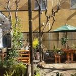 となりわ - 中庭の様子、ここは持ち込みも休憩も自由