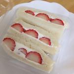 ヤマダベーカリー - イチゴのフルーツサンド  ¥380