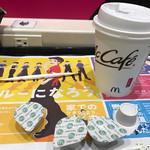 66614447 - 2017/05 マクドナルドの公式アプリ McDonald's Japanのクーポンで、プレミアムローストコーヒー(M) 150円→100円。1階の壁際のカウンター席には電源コンセントがあるのは嬉しい