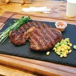 異国精肉店 ザ・アミーゴス GRILL & BBQ - ▲リブアイステーキ300gを2人でシェア@3450 添えのトマトとセロリの浅漬けが個人的ヒット!