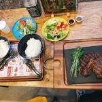 異国精肉店 ザ・アミーゴス GRILL & BBQ - ▲リブアイステーキ300gを2人でシェア@3450 プラス200円でライスを。食器がキャンプ用品なの!おもしろ〜い