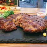 異国精肉店 ザ・アミーゴス GRILL & BBQ - ▲リブアイステーキ300gを2人でシェア@3450添えは豆苗、朝昼晩とこの日豆苗食べた私であります。