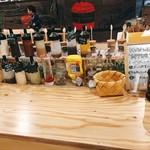 異国精肉店 ザ・アミーゴス GRILL & BBQ - ▲スパイスバーです、めっちゃあるでしょ!