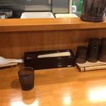 らーめん一宇 - カウンター席(水はセルフ)