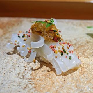 天寿し 京町店 - 赤烏賊 雲丹と飛魚の卵のせ