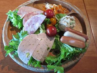 風の葡萄 名古屋ラシック店 - 3種類のハムとソーセージ、野菜の盛り合わせ