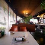 オレンジペコー喫茶 - 店内もまた昭和チックなレトロ感。
