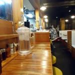 らーめん金伝丸 - カウンター席とテーブル席の両方あり。