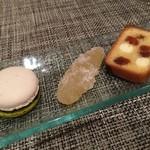 モノリス - 胡麻味噌のマカロン、鹿児島の柑橘など