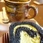 66636521 - 陶芸村オリジナルの黒炭ロールケーキとコーヒー