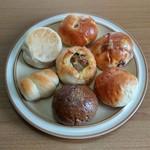 ぱんやベッキー - (中心)焼きカレーぱん、(上から時計回りに)桜あんぱん、豆ぱん、クリームぱん、珈琲あんぱん、ミニウインナーロール、クリームチーズとレモン