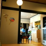 手打ちそば 松喜 - 居間(と思われるところ)にテーブル席、和室はお座敷席