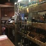 マヌエル タスカ ド ターリョ - カウンター脇にワイン