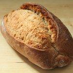 トロ コーヒーアンドベーカリー - ライ麦とふすまのパン 350円
