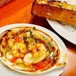 イタリアン酒場「ナチュラ」 武蔵小杉店 - 3種の海老と筍のアヒージョ バジル風味                             ガーリックトースト