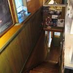 Honeybee Cafe - 二階へ通じる細い階段