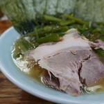 まこと家 - 濃度は高くないがガツンと旨味の立った豚骨醤油スープ