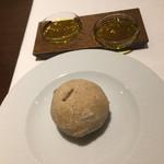 66657817 - 二種のオリーブオイル、ひまわりの種と全粒粉のパン
