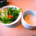 66658673 - セットのスープとサラダ