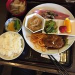 うしろ一汁二菜 - 日替り定食(煮込みハンバーグ)