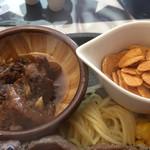 らいら亭 - 小鉢のスジ煮込みとガーリックチップ