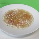 レストランポンム - ランチのスープはほのかなカレー風味の鶏肉をトマトのスープのマリガトニースープです。  ランチはコースみたいな感じで一品づつ出て来ました。