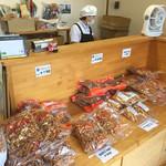 横山の芋けんぴ直売所 - たくさん売っています。