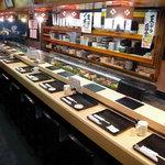 虎寿司 - 職人さんの握っている姿が良く見えるカウンター席です。