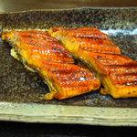 虎寿司 - 大きめのウナギを軽くバーナーで炙っています。