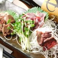 湘南茅ヶ崎 道 - 地鶏『青森、村越シャモロック』!ハツ、レバー、砂肝刺身盛り合わせ!¥630!