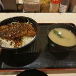 松のや - なお、味噌ロースカツ丼にはみそ汁がついてきます。