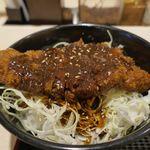 松のや - 味噌ロースカツ丼は、味噌ソースが掛かったとんかつの下にキャベツとご飯がたっぷり。